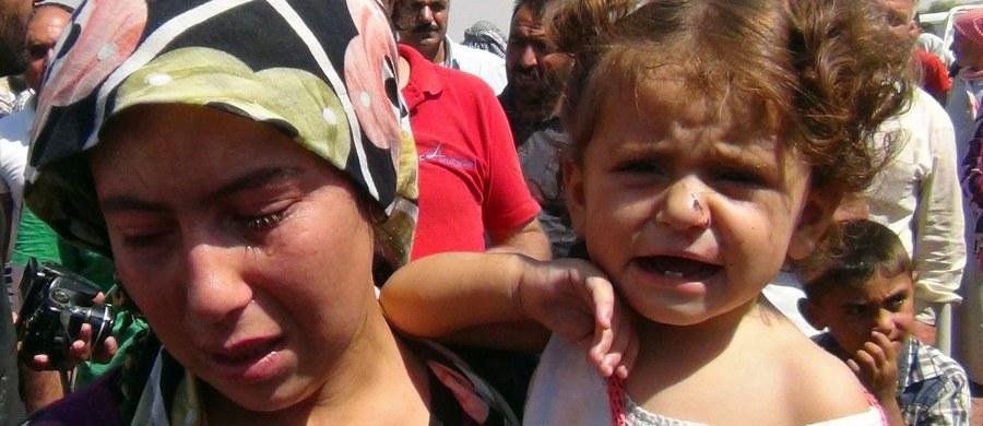 """Ci, którzy przeżyli walki o Kobane mówią o rzezi, jaką po zdobyciu miasta przeprowadzili bojownicy Państwa Islamskiego. Terroryści przejęli kontrolę nad miastem na początku października, wypierając z niego oddziały kurdyjskie. Uchodźcy, którym udało się dotrzeć do Suruc w Turcji relacjonują, że ich krewni i sąsiedzi byli ścinani. Niektórzy mówią wprost o """"setkach"""" ciał pozbawionych głów zalegających na ulicach."""