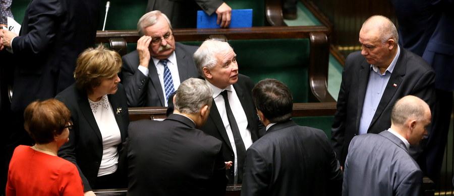 """""""Powstała sytuacja ogromnej kompromitacji Trybunału Konstytucyjnego i ta kompromitacja się pogłębia, bo to orzeczenie z 3 grudnia było podjęte w niewłaściwym składzie"""" – tak Jarosław Kaczyński skomentował na antenie telewizji Republika najnowszą odsłonę sporu wokół TK. """"Marszałek Sejmu - uważa Kaczyński - może zwrócić się, oczywiście nie bezpośrednio, poprzez swego przedstawiciela, o to, żeby zgodnie z Kodeksem postępowania cywilnego uznać ten wyrok za nieważny"""" – dodał prezes Prawa i Sprawiedliwości."""