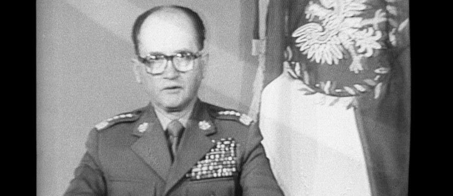 W niedzielę 13 grudnia 1981 roku o godzinie 6:00 rano Polskie Radio nadało wystąpienie gen. Wojciecha Jaruzelskiego, w którym poinformował Polaków o ukonstytuowaniu się Wojskowej Rady Ocalenia Narodowego (WRON) i wprowadzeniu na mocy dekretu Rady Państwa stanu wojennego na terenie całego kraju. Jeszcze 12 grudnia przed północą władze komunistyczne rozpoczęły zatrzymywanie działaczy opozycji i Solidarności. W ciągu kilku dni w 49 ośrodkach internowania umieszczono około 5 tysięcy ludzi. W ogromnej operacji policyjno-wojskowej uczestniczyło w sumie 70 tysięcy żołnierzy i 30 tysięcy milicjantów, użyto 1750 czołgów, 1900 wozów bojowych i 9 tysięcy samochodów.