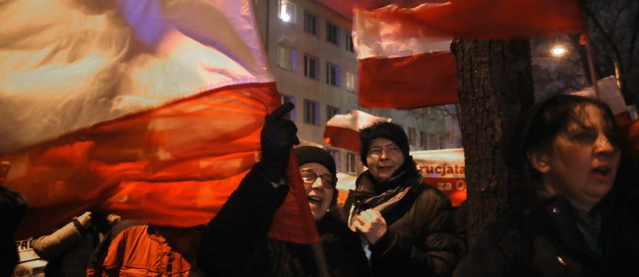 Szef polskiej dyplomacji Witold Waszczykowski poprosił ambasadora Polski przy Unii Europejskiej, żeby porozmawiał z przewodniczącym Europarlamentu w sprawie jego oburzającej wypowiedzi - dowiedziała się nasza dziennikarka w Brukseli Katarzyna Szymańska-Borginon. W wywiadzie dla niemieckiego radia Deutschlandfunk Martin Schulz powiedział, że wydarzenia w Polsce mają charakter zamachu stanu. Unijny polityk dodał, że sytuacja w naszym kraju będzie przedmiotem dyskusji w Parlamencie Europejskim. Może to nastąpić jeszcze w tym tygodniu.