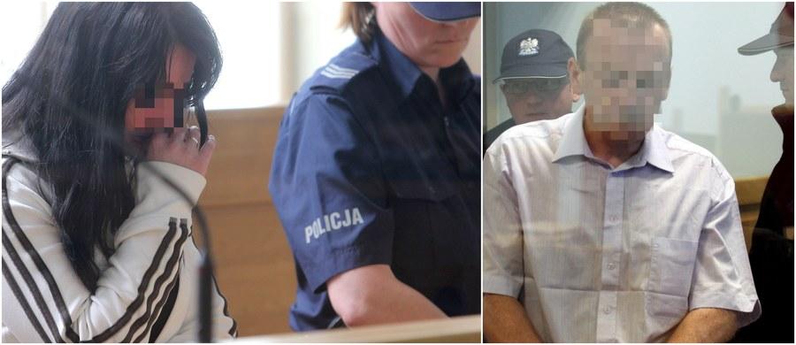 Sprawa śmierci niespełna dwuletniego Szymona z Będzina wraca do pierwszej instancji - tak zdecydował Sąd Apelacyjny w Katowicach, uchylając równocześnie wyrok sądu okręgowego, który skazał ojca chłopca na 10 lat więzienia, a matkę - na 5 lat. Sąd apelacyjny uznał, że rodzice Szymona - widząc, jak dziecko cierpi, i nie udzielając mu mimo to pomocy - godzili się na jego śmierć. Takie było również stanowisko prokuratury, która odwołując się od wcześniejszego wyroku, domagała się przekazania sprawy do ponownego rozpatrzenia. Chłopiec zmarł w lutym 2010 roku w wyniku obrażeń po uderzeniu w brzuch. Rodzice porzucili jego ciało w stawie w Cieszynie. Gdy zostało znalezione, śledczy długo nie mogli ustalić tożsamości dziecka.