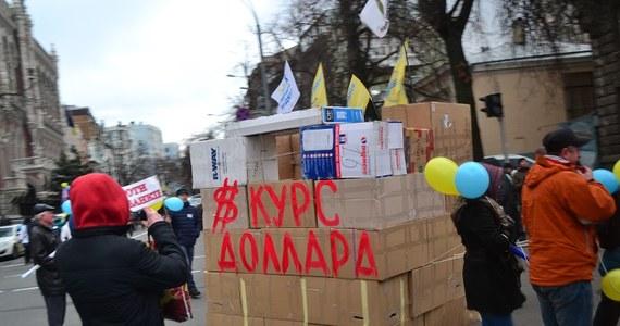 Andrzej Duda odwiedza Kijów – to jego ostatnia wizyta zagraniczna w tym roku. W stolicy Ukrainy prezydent spotkał się Petrem Poroszenką. Gdy przyjechał, przed siedzibą ukraińskiego prezydenta trafił na demonstrację kredytobiorców.