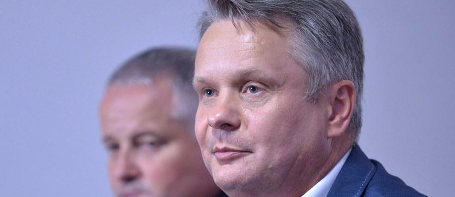 """Karę grzywny w wysokości 20 tysięcy złotych zapłaci poseł PSL, Mirosław Maliszewski. Parlamentarzysta był oskarżony o podrobienie podpisu żony na wniosku o dopłatę bezpośrednią. Dzięki temu Agencja Restrukturyzacji i Modernizacji Rolnictwa wypłaciła żonie Maliszewskiego 9,5 tys. zł. Dziś parlamentarzysta wycofał apelację od wyroku, bo jak mówi """"należę do tych ludzi, którzy szanują wymiar sprawiedliwości""""."""