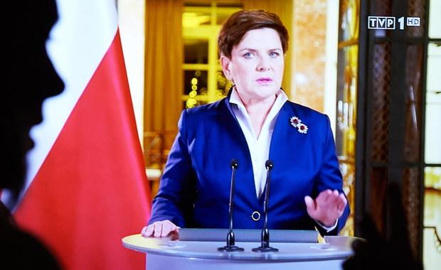 """""""Tym, którzy głośno krzyczą, nie chodzi o demokrację, ale o obronę własnych pozycji i wpływów; to był dla nich złoty wiek, ale ten wiek właśnie się skończył"""" - oceniła premier Beata Szydło we wtorkowym, telewizyjnym wystąpieniu. Zapewniła, że wyrok TK z 3 grudnia zostanie opublikowany."""