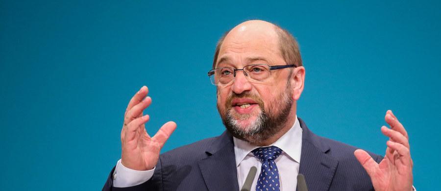 """Europosłowie PiS zwrócili się w liście do szefa Parlamentu Europejskiego, by powstrzymał się """"od formułowania wypowiedzi, które przez swój antagonizujący charakter źle służą europejskiej współpracy i podważają zaufanie do PE"""". To reakcja na słowa Martina Schulza, który w wywiadzie dla niemieckiego radia Deutschlandfunk ocenił, że wydarzenia w Polsce mają charakter """"zamachu stanu"""" i są dramatyczne."""