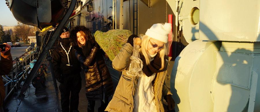 """Akcja """"Choinki pod choinkę"""" od RMF FM już rozkręciła się na dobre! Do 23 grudnia nasza żółto-niebieska ekipa odwiedzi 12 miast. Tradycyjnie zaczęliśmy w Katowicach, a kończymy w Krakowie. Wszędzie będziemy mieli dla Was po 1000 choinek. Drzewka będziemy rozdawać od godziny 11 do wyczerpania zapasów."""