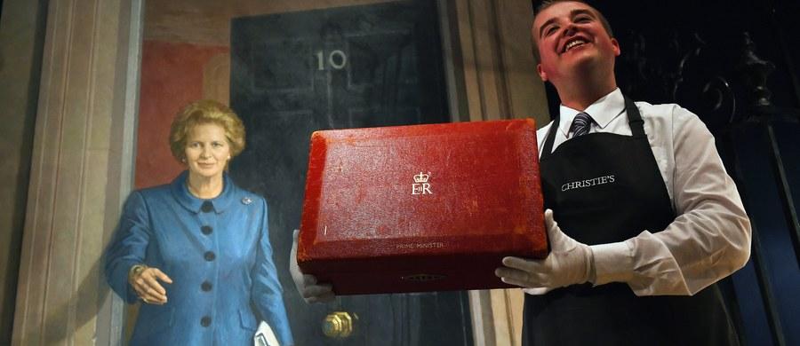 Ponad 3 miliony funtów przyniosła aukcja pamiątek po Margaret Thatcher. W londyński domu aukcyjnym Christies's zorganizowała ją rodzina zamarłej przed dwoma laty byłej brytyjskiej premier. Zainteresowanie kolekcjonerów przerosło wszelkie oczekiwania.