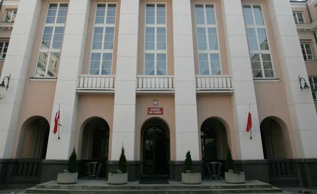 Kolegium Najwyższej Izby Kontroli nie uchyliło immunitetu Marianowi Cichoszowi byłemu wiceprezesowi NIK. Zdecydowało się natomiast na uchylenie immunitetu wicedyrektorowi delegatury NIK w Rzeszowie Pawłowi Adamskiemu.