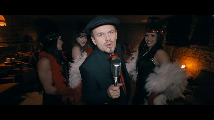 """Zobaczcie najnowszy teledysk Krzysztofa """"K.A.S.A."""" Kasowskiego, w którym wokalista przenosi nas w przyszłość."""
