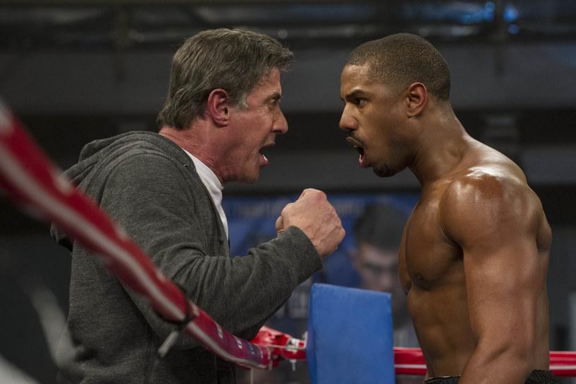 """Po ostatnim filmie podsumowującym jedną z najsłynniejszych serii filmowych wszech czasów - """"Rocky Balboa"""" (2006), Sylvester Stallone postanowił zawiesić rękawice na kołku i zamknąć """"bokserski"""" rozdział swojej kariery. Jednak pewien młody reżyser z Kalifornii wpadł na genialny pomysł, dzięki któremu możliwe stało się uwspółcześnienie serii i przedstawienie jej nowemu pokoleniu widzów. Tak powstał """"Creed: Narodziny legendy"""" (na polskich ekranach od 6 stycznia), który z miejsca został okrzyknięty za oceanem jednym z najlepszych filmów roku."""