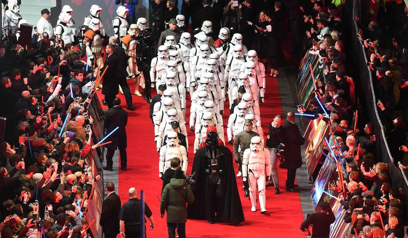 """W środę, 16 grudnia, wieczorem w Londynie odbyła się uroczysta, europejska premiera długo oczekiwanego filmu J.J. Abramsa """"Gwiezdne wojny: Przebudzenie Mocy"""". Uczestniczyli w niej twórcy filmu, jego gwiazdy oraz tysiące fanów."""