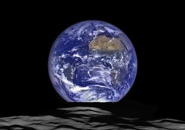 Ależ zdjęcie Ziemi! Prosto znad Księżyca