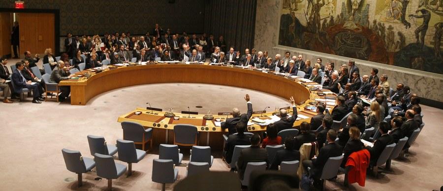 Rada Bezpieczeństwa ONZ przyjęła jednogłośnie rezolucję dotyczącą mapy drogowej dla procesu pokojowego w Syrii. Rozmowy ws. zawieszenia broni i utworzenia rządu przejściowego mają rozpocząć się już w styczniu.