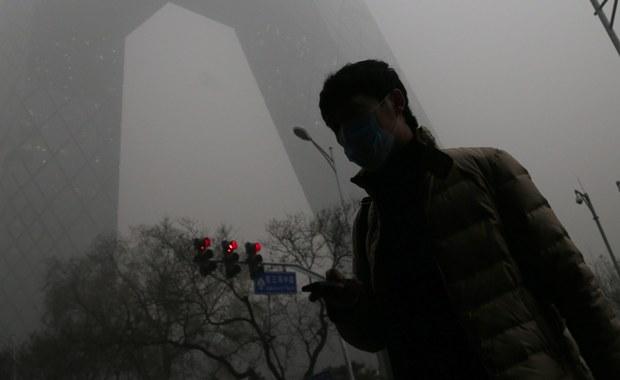 W Pekinie obowiązuje od rana czerwony alert - najwyższy na czterostopniowej skali. Powodem jest niezwykle wysokie zanieczyszczenie powietrza. Czerwony alert, który ma obowiązywać do wtorku w południe, ogłoszono drugi raz w historii.