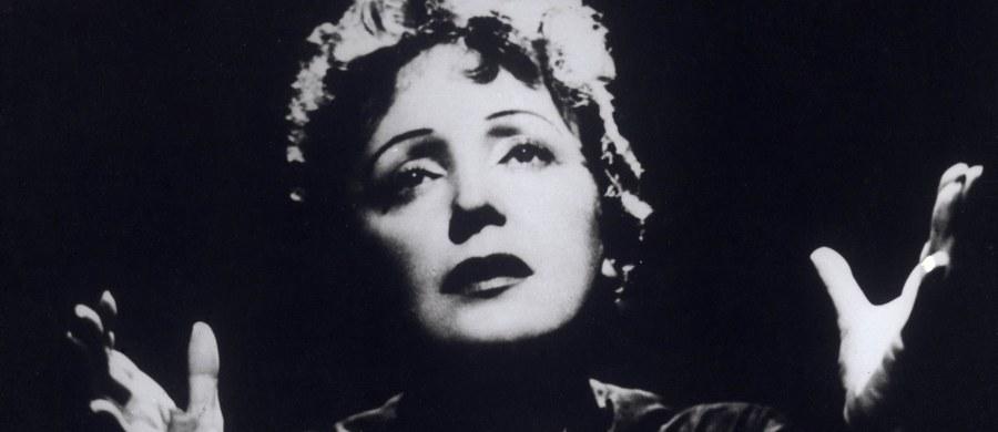 Jej głos wzrusza świat już od prawie stulecia. Rozsławiła paryską piosenkę na wszystkich kontynentach! Pozostaje ciągle żywa w sercach Francuzów i wielbicieli z różnych krajów. Tak nadsekwańskie media komentują hucznie obchodzoną dzisiaj w Paryżu setną rocznicę urodzin Edith Piaf.