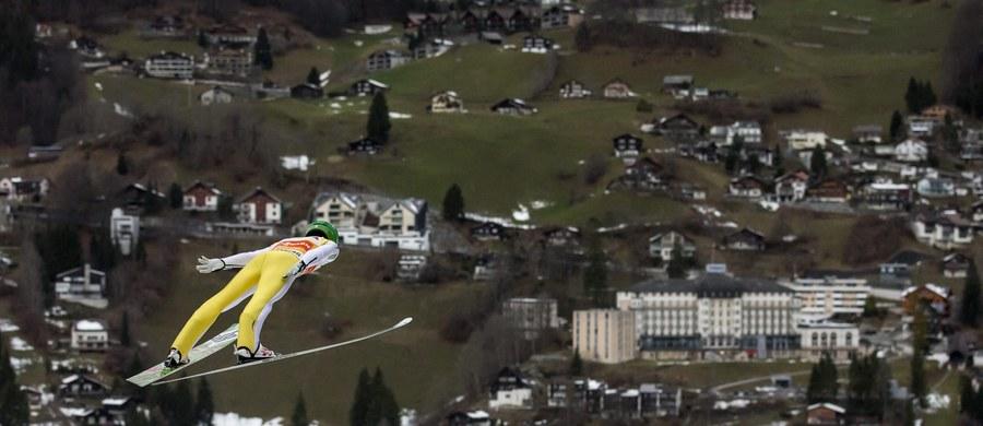 Kamil Stoch zajął 20. miejsce w konkursie skoków narciarskich w szwajcarskim Engelbergu. Stefan Hula był 22., a Andrzej Stękała uplasował się na 27. pozycji i wywalczył pierwsze punkty PŚ w karierze. Czołowe lokaty zajęli bracia Peter i Domen Prevcowie ze Słowenii.