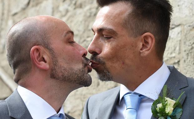 W Słowenii trwa referendum ws. odrzucenia nowelizacji ustawy o małżeństwie, pozwalającej na zawieranie małżeństw przez osoby homoseksualne. Zdaniem komentatorów kluczowa dla wyniku będzie frekwencja. Pierwsze wyniki poznamy ok. godz. 21.