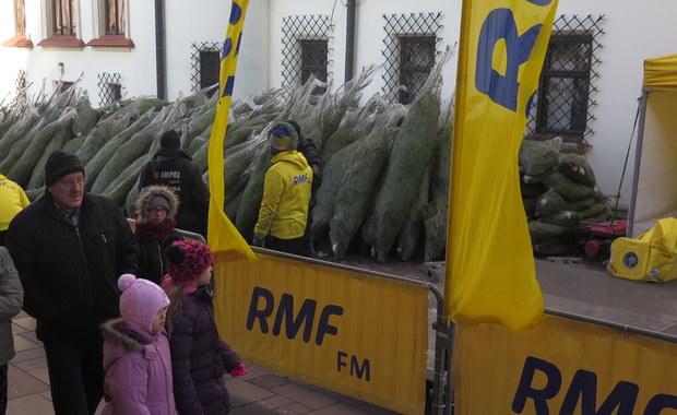 """Tysiąc pachnących drzewek w ramach naszej akcji """"Choinki pod choinkę"""" od RMF FM rozdaliśmy dziś w Rzeszowie. Drzewka można było odbierać od godziny 11 na rynku. W rozdawaniu choinek pomagał nam także zespół Sound'N'Grace."""