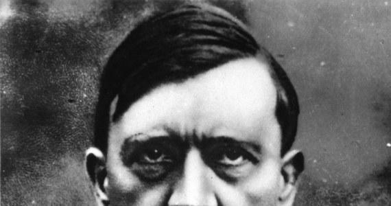 """Władze Bawarii przez 70 lat blokowały próby wznowienia """"Mein Kampf"""", lecz 31 grudnia ich prawa autorskie do dzieła Hitlera wygasną. Aby uprzedzić pojawienie się na rynku publikacji bez odpowiedniego komentarza, historycy przygotowali naukowe wydanie książki. """"Utwór Hitlera jest niewybuchem, który po 1 stycznia zostanie wydobyty na światło dzienne. My jesteśmy saperami, którzy wykręcają zapalnik z tej bomby"""" - tłumaczy jeden z badaczy zajmujących się tym projektem, Christian Hartmann."""
