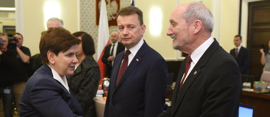 Po trzech tygodniach urzędowania gabinet premier Beaty Szydło ma więcej przeciwników (34 procent) niż zwolenników (30 procent) - wynika z grudniowego sondażu CBOS. 37 procent badanych obawia się pogorszenia sytuacji w kraju, zaś według 34 procent pod rządami Szydło będzie w Polsce lepiej.