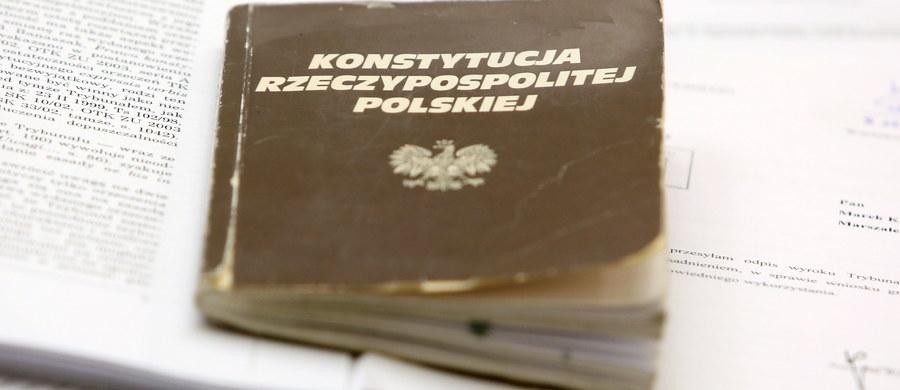 """Dwie senackie komisje zaczęły omawiać nowelizację ustawy o Trybunale Konstytucyjnym autorstwa PiS, którą we wtorek uchwalił Sejm. """"Istotne zastrzeżenia konstytucyjne"""" do części jej zapisów ma Biuro Legislacyjne Senatu. Po tym posiedzeniu komisji ustawodawczej oraz praw człowieka, praworządności i petycji, nowelizacją ma się zająć cały Senat. PiS zapowiadało uchwalenie jej jeszcze przed świętami. Po burzliwych obradach, Sejm uchwalił nowelę we wtorek późnym wieczorem."""