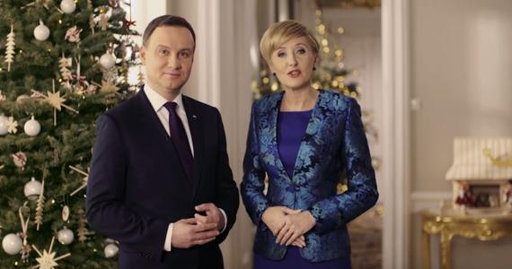 Życzenia spokojnych, radosnych i rodzinnych świąt życzyła w specjalnym bożonarodzeniowym klipie para prezydencka. Filmik pojawił się dzisiaj na stronie prezydenta Dudy.
