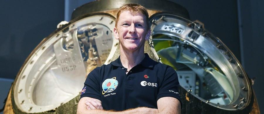 """Brytyjski astronauta Tim Peake zamieścił na Twitterze żartobliwe przeprosiny, gdy okazało się, że z pokładu Międzynarodowej Stacji Kosmicznej przez pomyłkę dodzwonił się pod zły numer, zaczynając rozmowę słowami: """"Dzień dobry, czy dodzwoniłem się na Ziemię?""""."""