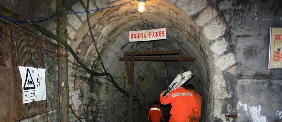 Zmarł jeden z 18 górników uwięzionych w kopalni gipsu po piątkowym zawale w chińskiej prowincji Shandong. Pozostałych 17 górników wciąż jest pod ziemią. Właściciel kopalni popełnił samobójstwo - poinformowały nad ranem państwowe media.