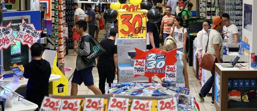 W tzw. Boxing Day - dzień wolny od pracy, przypadający na 26 grudnia, mieszkańcy Wielkiej Brytanii ruszyli do galerii handlowych. W sklepach, które otwierano już od 6 rano, zaczęły się wyprzedaże. Według szacunków, miłośnicy poświątecznych promocji wydadzą ponad 3 biliony funtów.