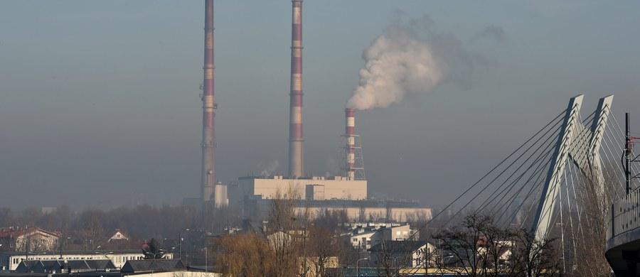 W Krakowie będzie można jeździć za darmo autobusami i tramwajami, kiedy wskaźniki zanieczyszczenia powietrza przekroczą dozwolone normy. W życie weszła już uchwała Rady Miasta w tej sprawie.