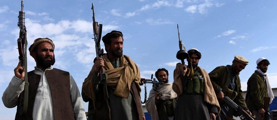 Członkowie afgańskiej milicji obcięli głowy czterem bojownikom Państwa Islamskiego, a następnie umieścili je przy głównej drodze – poinformowały lokalne władze w Afganistanie.