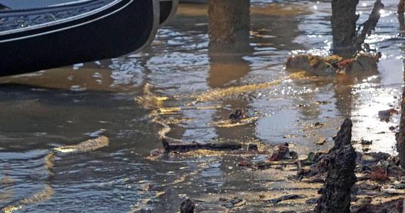 Susza o tej nietypowej porze roku we Włoszech doprowadziła do tego, że w Wenecji brakuje wody w kanałach. Po wielu z nich nie mogą pływać już żadne łodzie.