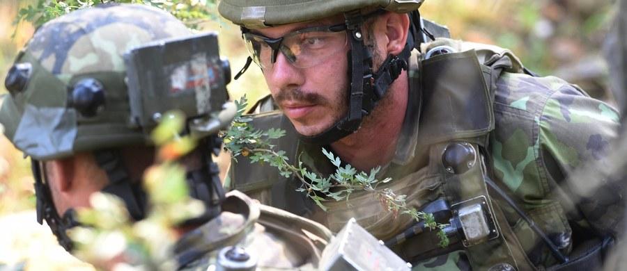 """Minister finansów Wolfgang Schaeuble powiedział w niedzielę, że rząd Niemiec jest gotowy do zwiększenia wydatków militarnych w kontekście kryzysu związanego z uchodźcami. Wyraził też nadzieję na powstanie """"wspólnej europejskiej armii""""."""