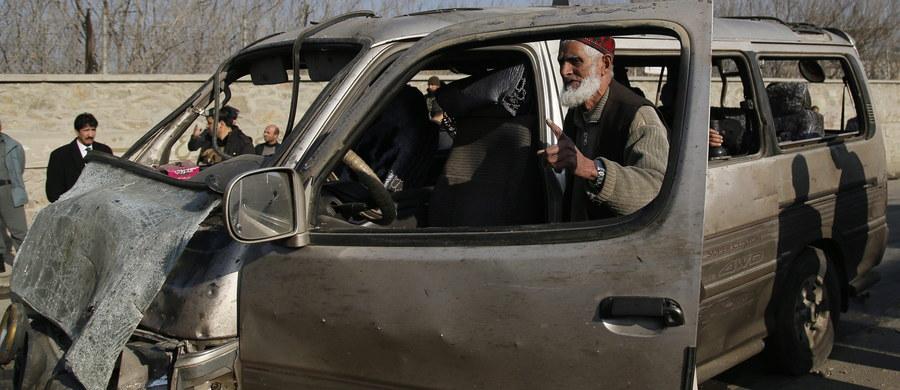 Jedna osoba zginęła, a 13 zostało rannych w samobójczym ataku w Afganistanie. Zamachowiec wysadził się w powietrze na drodze niedaleko lotniska w Kabulu.