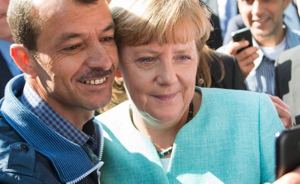 """Kanclerz Niemiec Angela Merkel była najbardziej wpływową osobą na świecie w kończącym się 2015 roku - uważa agencja AFP, doceniając jej czołową rolę przy rozwiązywaniu kryzysu z imigrantami i w negocjacjach pomiędzy Grecją a UE. Wcześniej Merkel została uhonorowana przez amerykański tygodnik """"Time"""" tytułem Człowieka Roku 2015. W ubiegłym roku za najbardziej wypływową osobę świata dziennikarze AFP uznali prezydenta Rosji Władimira Putina."""