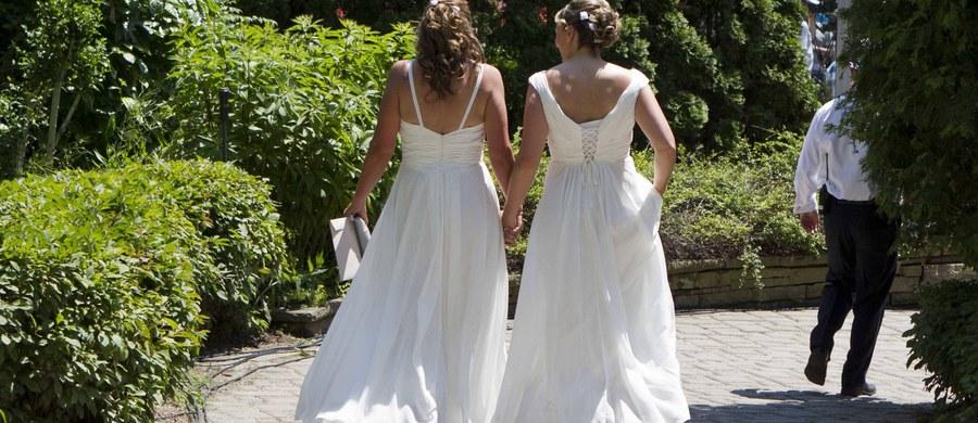 """Właściciel cukierni w Portland, który 6 miesięcy temu odmówił przygotowania tortu weselnego na ślub pary homoseksualistek """"ze względu na kwestie sumienia"""", zapłacił 137 tys. dolarów odszkodowania."""