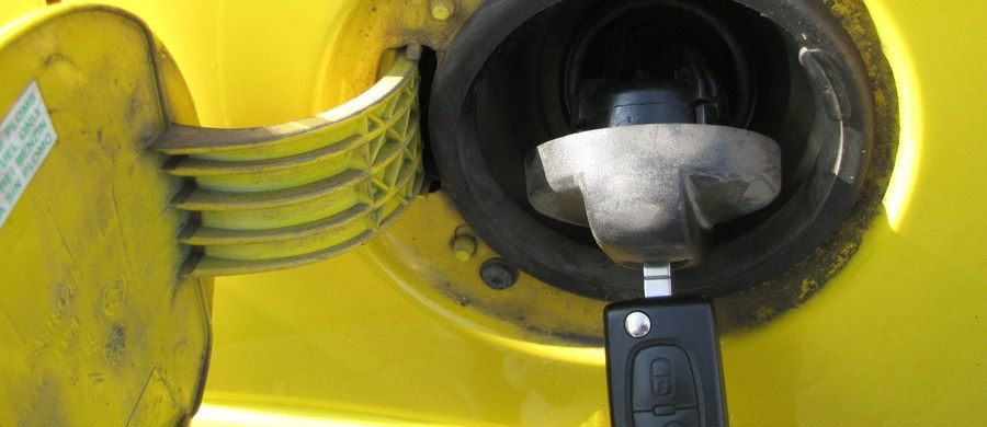 Granica czterech złotych za olej napędowy w wielu miejscach w Polsce została już złamana. Do tego poziomu zbliża się także benzyna. To początek obniżek, które pozytywnie powinny nas zaskoczyć w przyszłym roku – uważają eksperci rynku paliw.