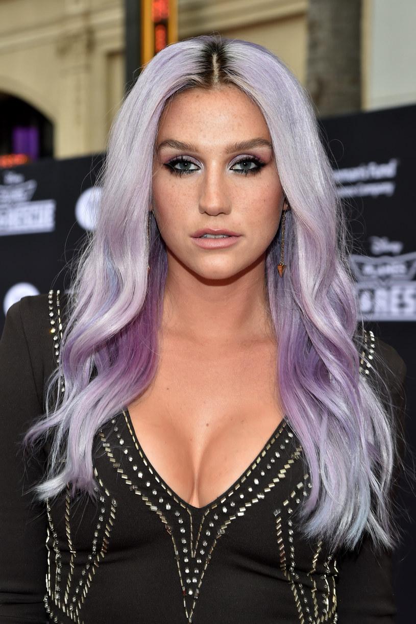 Kesha, która w ostatnim czasie częściej spędza czas na salach sądowych niż w studiu, zaskoczyła swoich fanów specjalnym koncertem w Nashville. W trakcie występu przedstawiła swój zespół Yeast Infection.