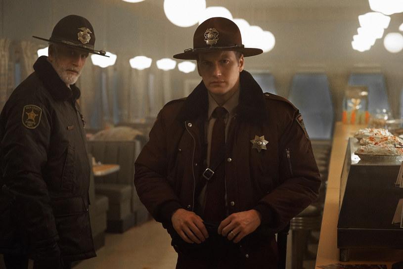 """Już 3 stycznia w Ale kino+ będzie można obejrzeć pierwszy odcinek drugiego sezonu głośnego serialu """"Fargo"""". Co o pracy na planie mówią odtwórcy głównych ról - Kirsten Dunst, Patrick Wilson i Ted Danson? Sprawdźcie!"""