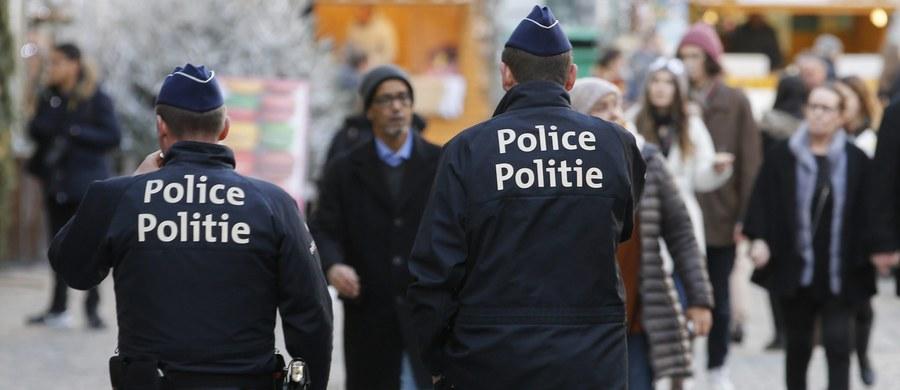 """W Brukseli aresztowano dziesiątą osobę - 22-letniego mężczyznę - podejrzaną o """"akty terroru i uczestnictwo w grupie terrorystycznej"""" w ramach śledztwa dotyczącego zamachów w Paryżu. Ayoub B. został zatrzymany wczoraj w czasie przeszukań w brukselskiej dzielnicy Molenbeek, skąd pochodziła część zamachowców z Paryża. W ciągu pięciu dni sąd ma zdecydować, czy powinien on pozostać dłużej w areszcie."""