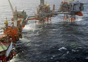 Gigantyczna barka dryfuje po Morzu Północnym. Minęła platformy wiertnicze