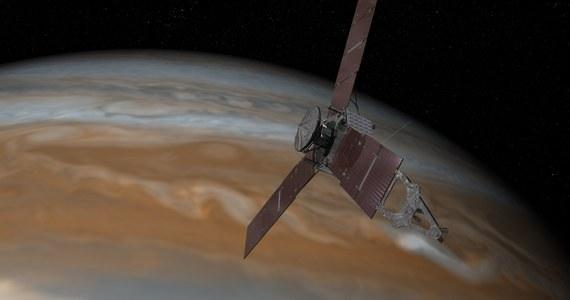 W 2016 roku będziemy mieli okazję zobaczyć z bliska największą planetę Układu Słonecznego. Po pięciu latach kosmicznej wędrówki, 4 lipca na orbitę Jowisza wejdzie zbudowana przez NASA sonda kosmiczna Juno. Jej zadaniem będą między innymi badania struktury wnętrza gazowego olbrzyma, ale dostarczy nam także kolorowe zdjęcia chmur Jowisza z najmniejszej, dostępnej do tej pory odległości, zaledwie kilku tysięcy kilometrów.