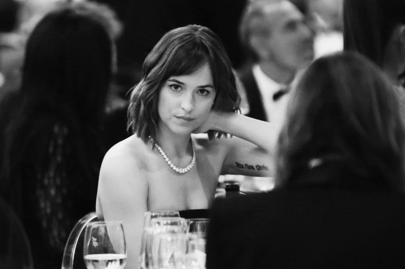"""Dakota Johnson, która zagrała główną rolę w adaptacji bestsellera """"Pięćdziesiąt twarzy Greya"""", przyznała, że od czasu zakończeniu zdjęć do filmu nie potrafi dojść do siebie."""