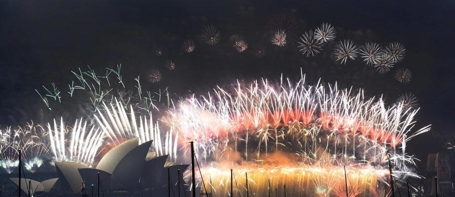 Jak zwykle hucznie powitano Nowy Rok w Sydney. Pokazy sztucznych ogni i kompozycji świetlnych obserwowało ponad milion ludzi. Spektakl trwał 20 minut i kosztował - w przeliczeniu - 4,7 miliona euro.