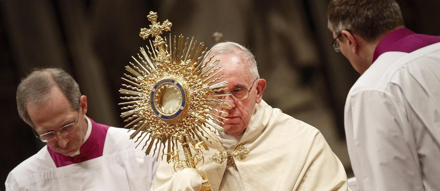 Papież Franciszek powiedział podczas nieszporów za kończący się rok, że był on naznaczony przez przemoc, śmierć i cierpienie, ale także przez wielkie gesty dobroci i solidarności. Mówił, że tych znaków miłości nie przyćmi zło.