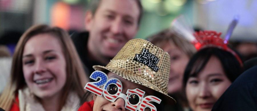 W entuzjastycznym nastroju tłumy ludzi powitały 2016 rok na Manhattanie. Na Times Square i sąsiednie ulice wyległo ponad milion nowojorczyków i turystów. Imprezie towarzyszyły bezprecedensowe środki bezpieczeństwa – o porządek dbało ponad 6 tys. policjantów.