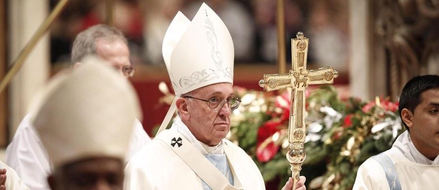"""Wraz z nadejściem nowego roku nie wszystko się zmieni, a wiele problemów pozostanie – mówił papież do 60 tysięcy wiernych zebranych na placu Świętego Piotra w południe na modlitwie Anioł Pański. Podkreślał, że Bóg nie obiecuje """"magicznych zmian"""" i nie posługuje się """"czarodziejską różdżką""""."""