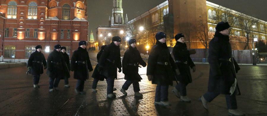 Około 1000 osób ewakuowano z dwóch dworców kolejowych w Moskwie. Policja otrzymała informację telefoniczną o bombach podłożonych na dworcach - poinformowała agencja RIA Nowosti powołując się na służby bezpieczeństwa.