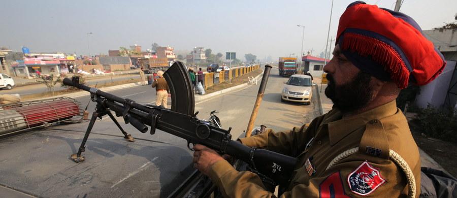 Grupa uzbrojonych napastników zaatakowała dziś rano bazę indyjskich sił powietrznych na północnym zachodzie kraju, w pobliżu granicy z Pakistanem - informuje ministerstwo obrony Indii.