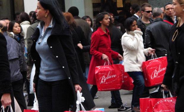 """""""Różowy podatek"""" - w ten sposób amerykańska prasa opisuje najnowsze badanie rynku, które wskazuje, że kobiety za większość produktów płacą średnio o kilka proc. więcej, niż mężczyźni. Analizę opisuje tygodnik """"Time""""."""